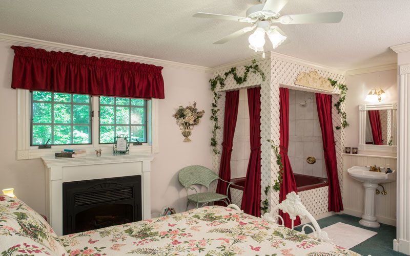 The Secret Garden room looks out over the front garden and features a cozy fireplace to warm the air on a romantic winter's getaway. The floral décor conjures up visions of an old English garden. The double whirlpool bath is framed with pillars of lattice. There's even a Secret Garden!